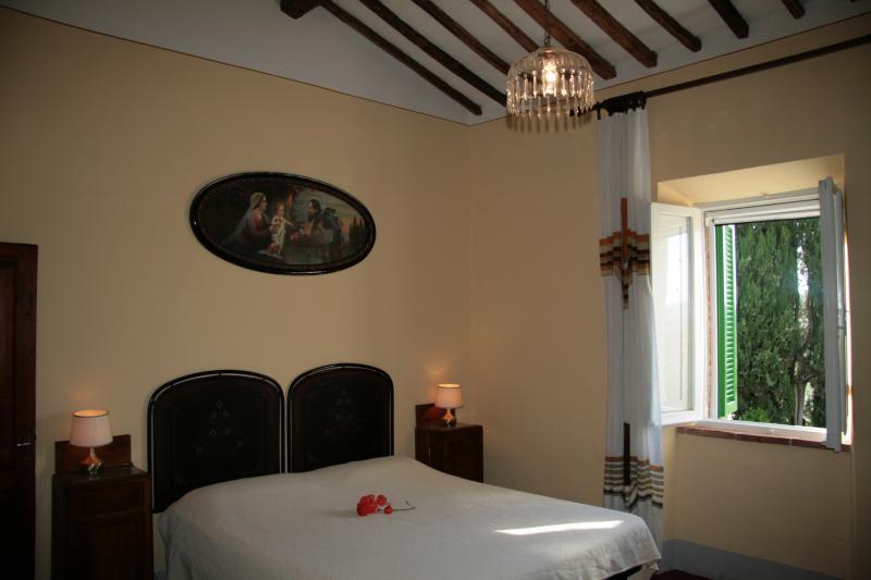 ampia camera  matrimoniale molto luminosa con possibilità del terzo letto