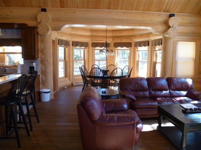Vista de sala de estar mirando hacia la zona de comedor