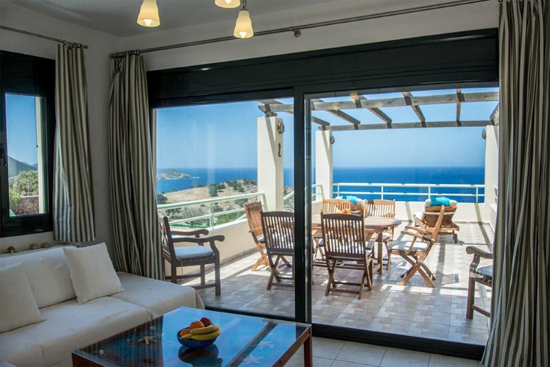 Aconchegante e confortável sala de estar com acesso directo para o pátio