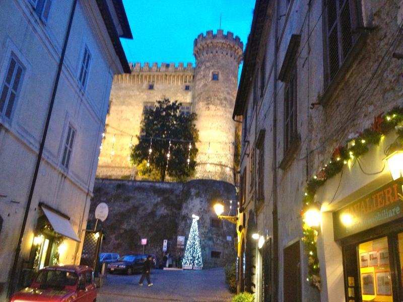 la piazzetta antistante il Castello