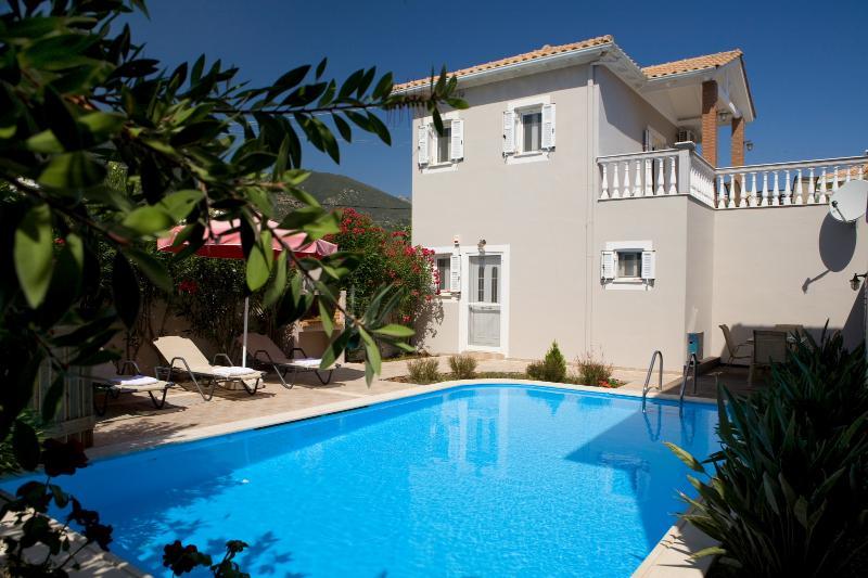 LE TORRI VILLAS, two romantic decorated villas  very close to Nidri town center., vacation rental in Spartochori