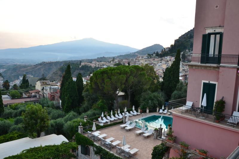Taormina ( 25 Km) e l' Etna sullo sfondo