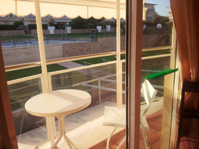 terraza con toldo del  dormitorio principal con vistas a la piscina