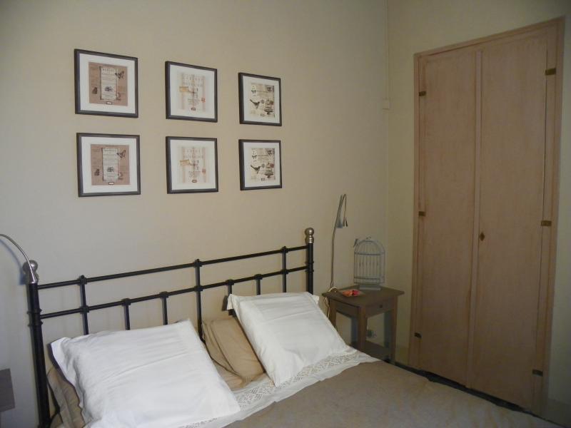 La camera da letto matrimoniale che si affaccia sul giardino