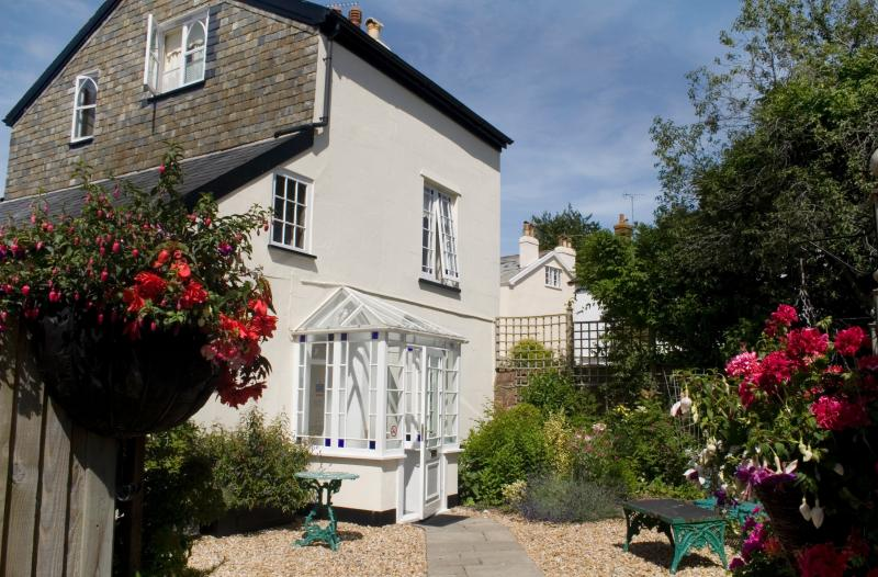 Hemphaye Cottage 5 minutes from beach and shops set in tranquil gardens, holiday rental in Sidford