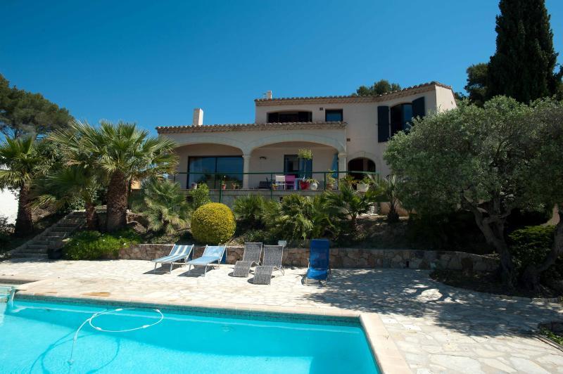 Maison de style provençale. Vue sur la piscine de la propriété