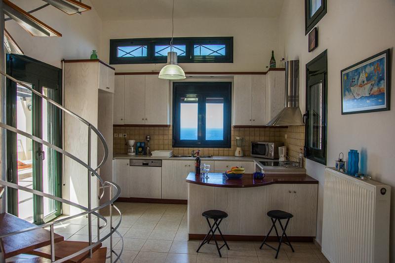 A cozinha totalmente equipada com saída directa para o pátio