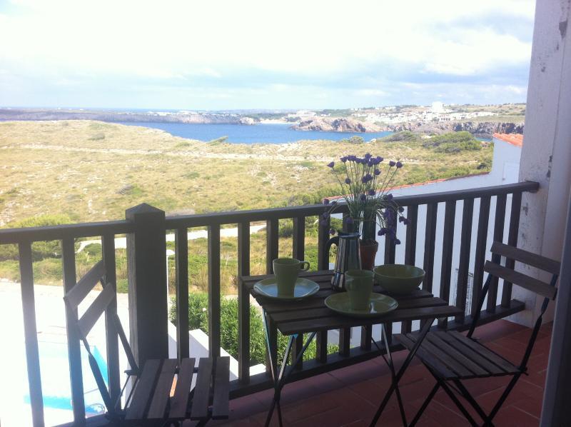 Desayuno en la terraza con vistas a Arenal d'en Castell