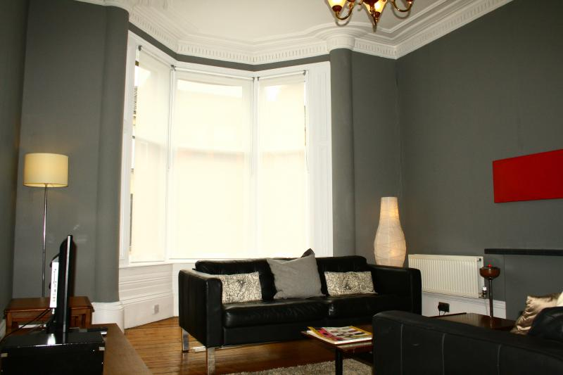 LOVELY 3 BED APARTMENT IN GLASGOW'S WEST END, vakantiewoning in Glasgow