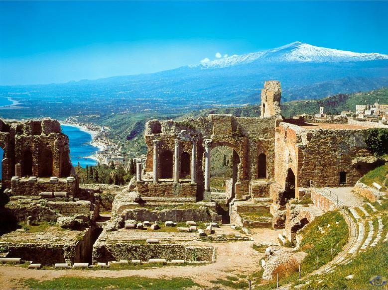 Taormina Teatro Greco. una noche indimenticable mirando un espectaculo de danza, musica, teatro.