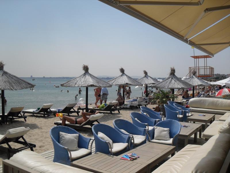 Bar-restaurant aan het strand voor Vega Village