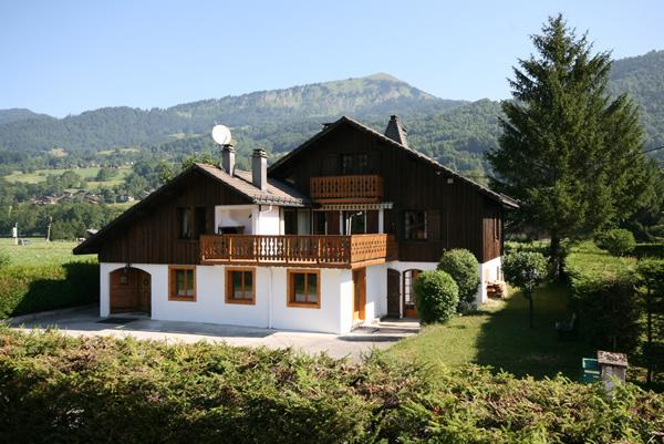 Perfect location in summer next to the leisure park, outdoor pool and close to cable car.