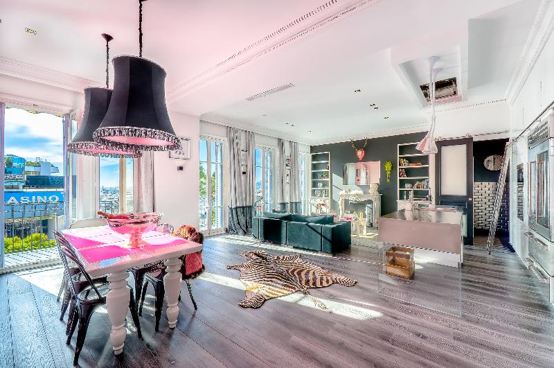 Amazing waterfront living area with 3m30 high ceilings completely designed by a famous architect