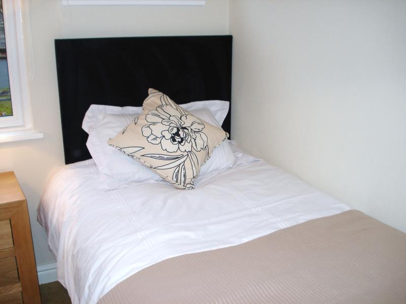 Single bed in twin room