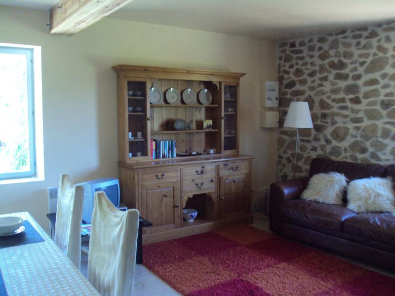 Sala principal com parede de pedra exposta atraente