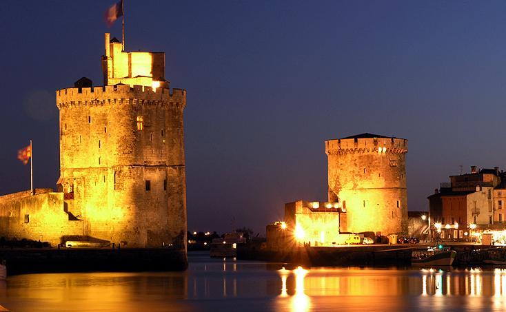 Der alte Hafen von La Rochelle bei Nacht