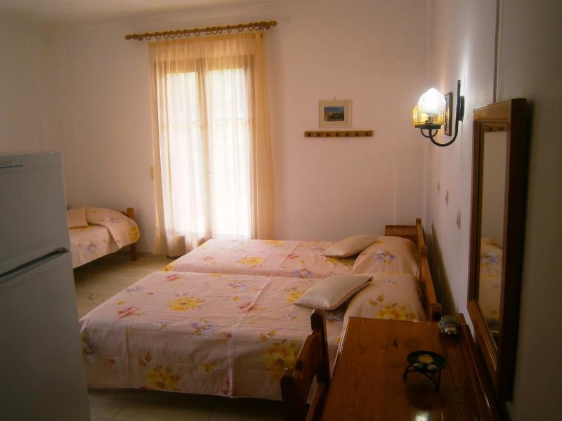 studio with 3 single beds