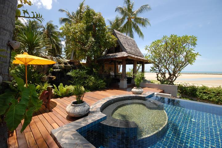 Hermosa piscina y jacuzzi con vista al mar