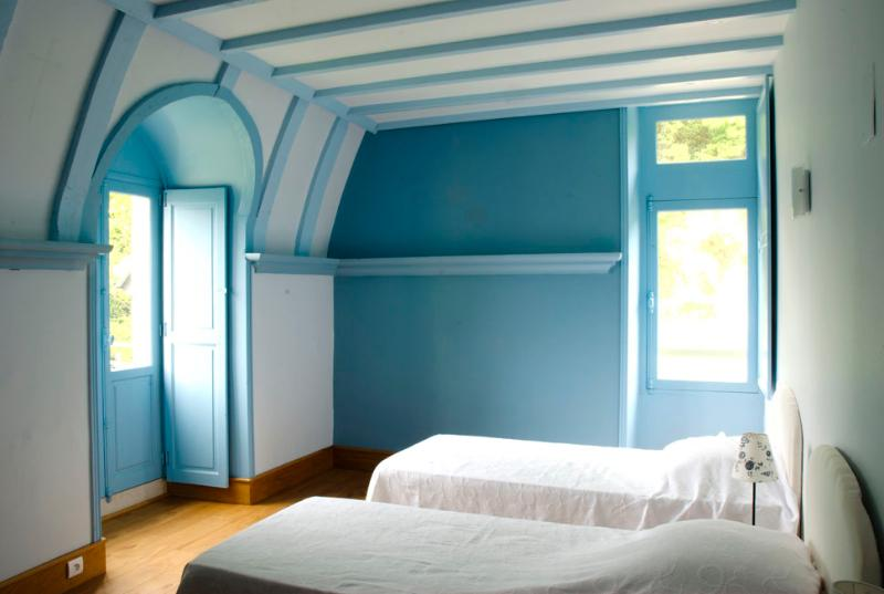 Blue bedroom with 2 single beds