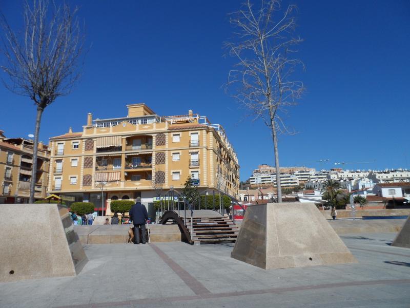 Gebouw en een deel van het plein waar het zich bevindt (zuidgezicht)