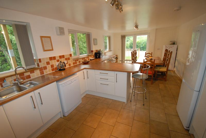 Kitchen & Dining Area - spacious and well-equipped - Now with a large table!
