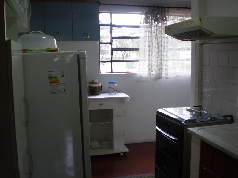 Cozinha completa com fogão geladeira, exaustor, micro ondas, talheres para seis pessoas, pratos etc