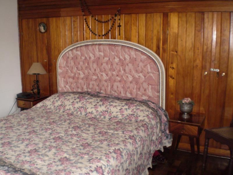 Quarto de casal com armários embutidos e mesas de apoio