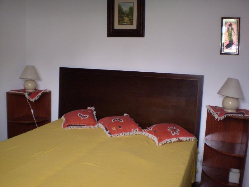 Segundo quarto de casal com mesas de apoio e armários embutidos