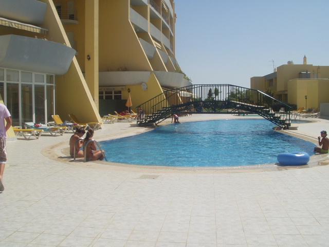 Vista de piscina y apartamento bloque