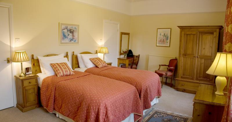 Twin beds can be linked in main bedroom