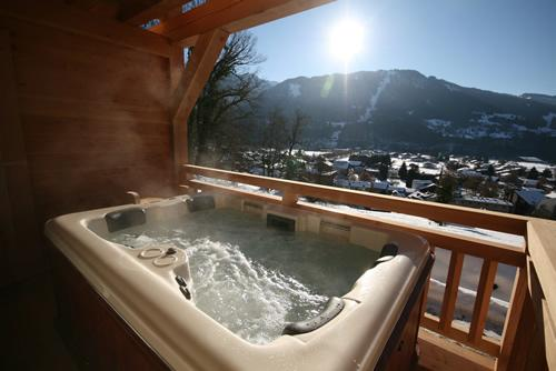 Stunning 5 bed chalet, hot-tub, 5 mins walk to centre, catered in the winter, holiday rental in Samoens