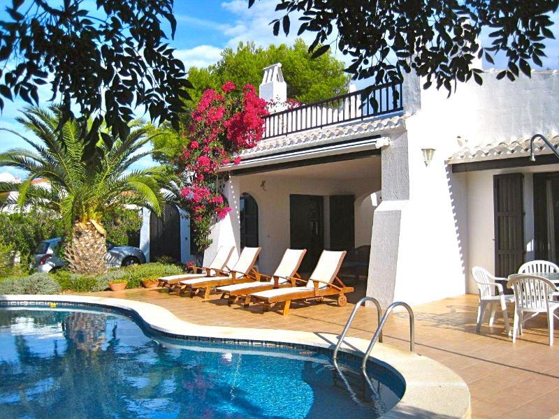 Swimming pool & lounge area