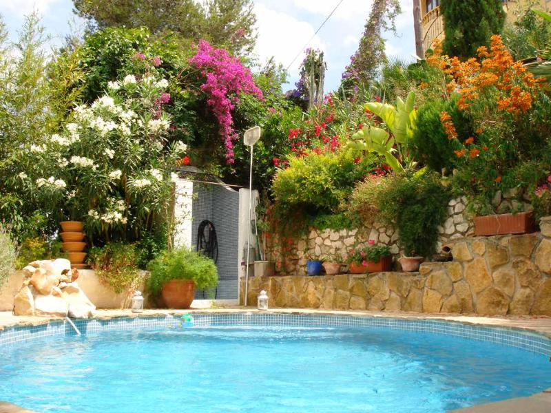 Beautiful Private Pool & Wonderful Flowers, Well Equipped and Furnished.