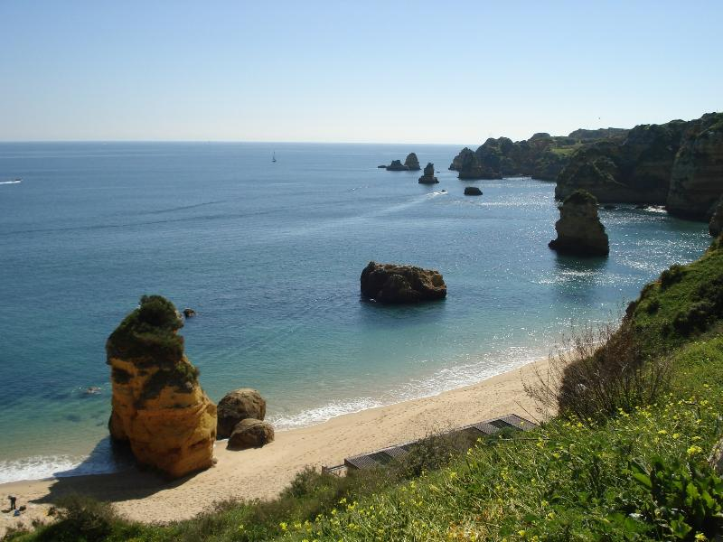 Gorgeous Praia Dona Ana Beach - minutes from the apartment