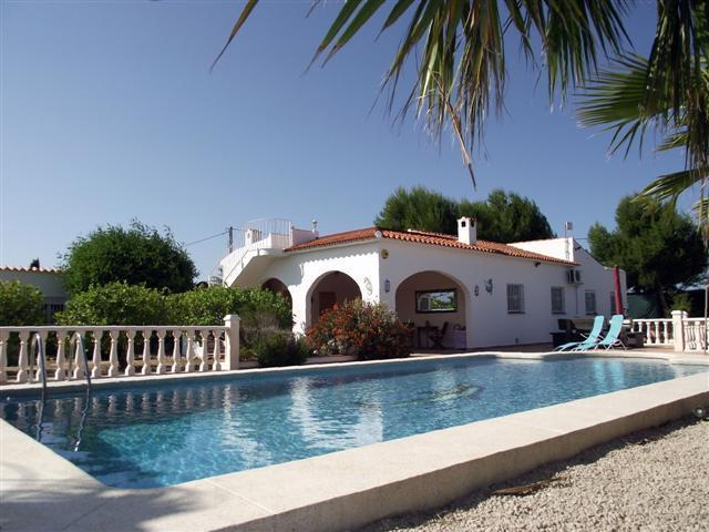 Holiday Villa Ganwales with spectacular pool, surrounded by orange groves, only 800m to the beach.