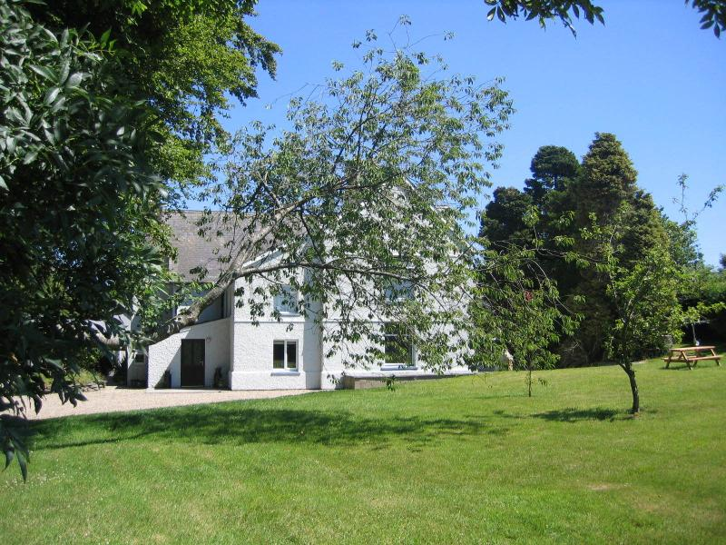 The Adain is a spacious wiing of 18 century farmhouse working farm peaceful central location.
