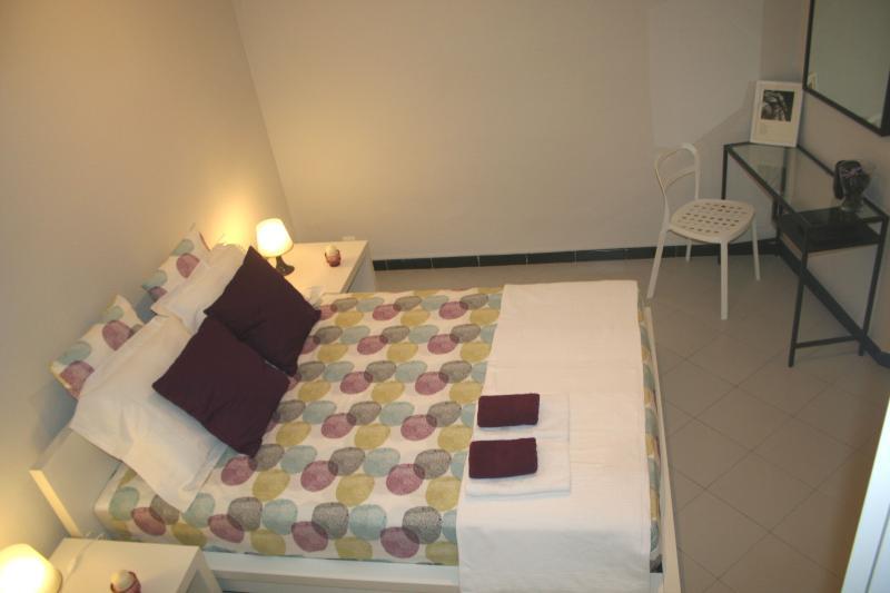 Habitación con una cama dobles