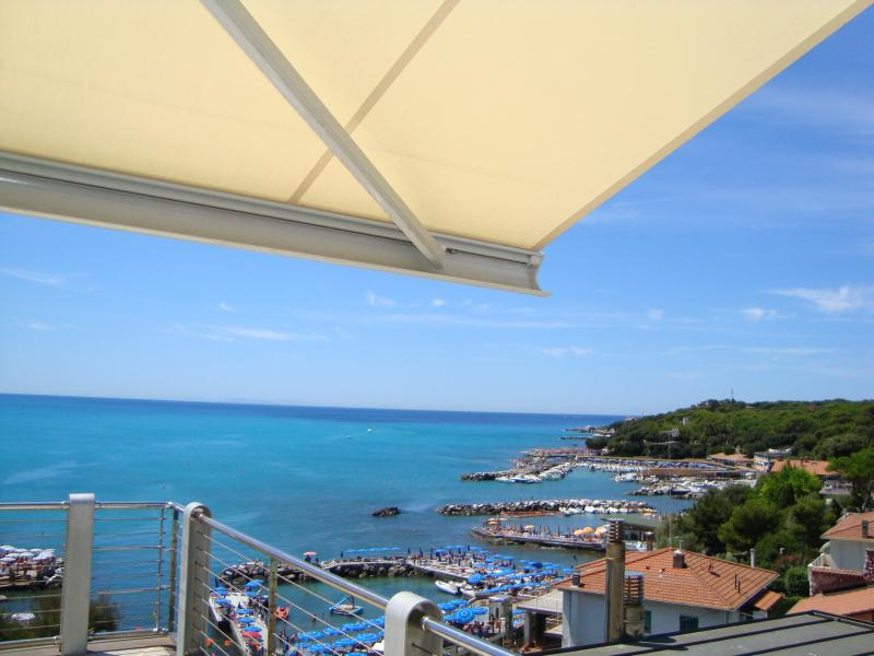 Tuscan seaside apartment with balcony and sea views,Wifi free/Air cond/Parking, vacation rental in Castiglioncello