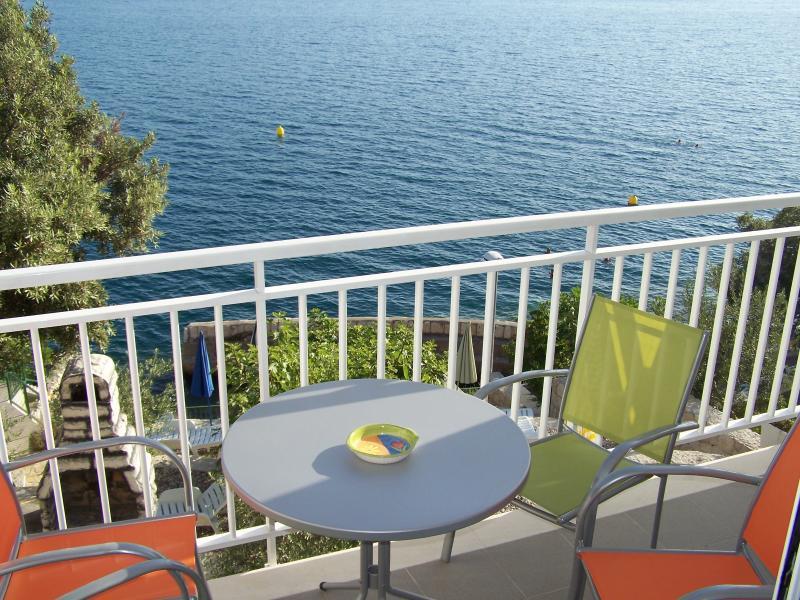 Villa Mediterraneo still new seafront apartment for 4 persons Dubrovnik Riviera, holiday rental in Komarna