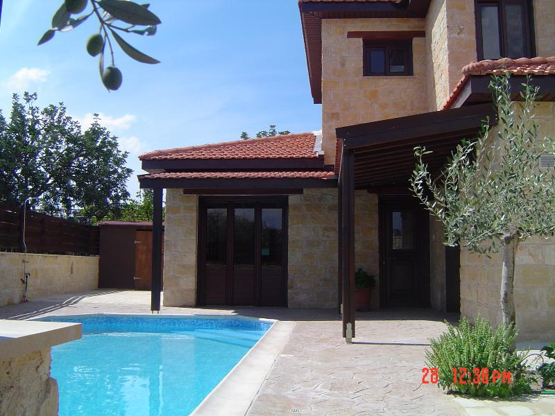 VILLA WITH PRIVATE POOL AND FREE CAR, vacation rental in Episkopi