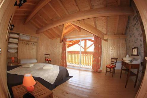 la chambre avec balcon et la vue imprenable sur la montagne