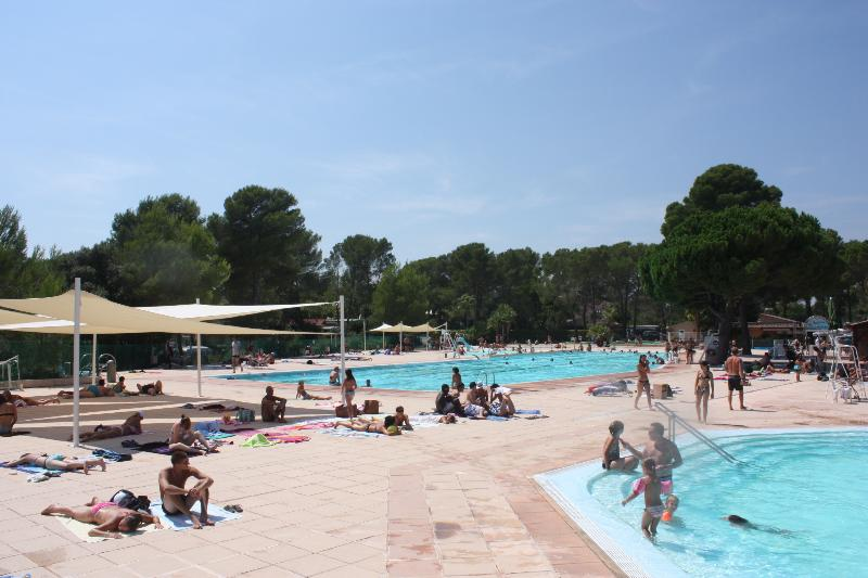 4 swimming pools for infants to adults, a bar and restaurant next door,