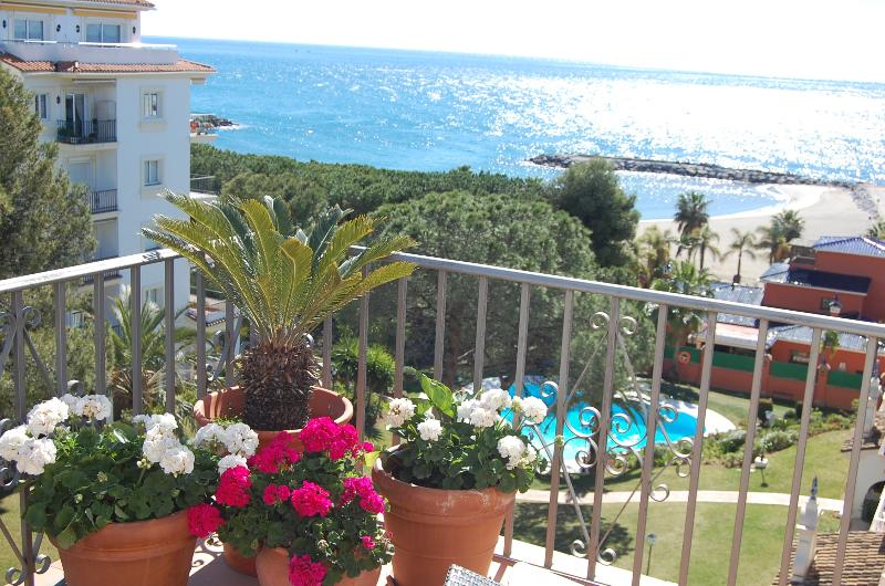 Puerto Banus, beach front apartment, Andalucía Del Mar, Mistral Beach, Pedros, holiday rental in Marbella
