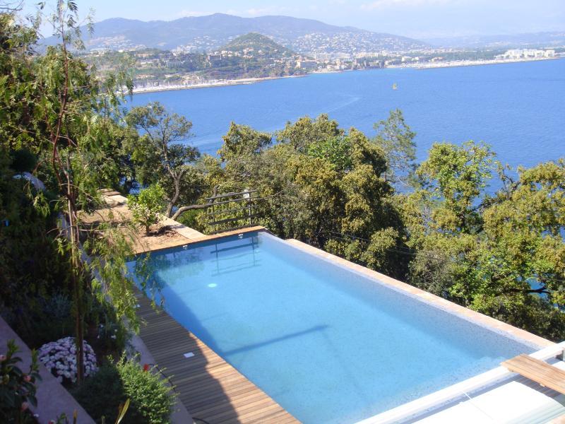 Vue depuis l'entrée de la maison sur la baie de Cannes et Mandelieu derrière.Accès Mer à 100m