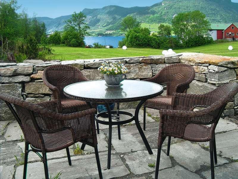 Outdoor seating surplombant le fjord et avec le soleil du soir.