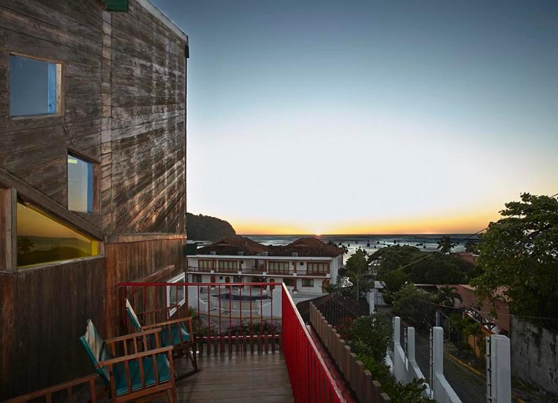 Disfrutar de la puesta de sol desde uno de los cuatro balcones