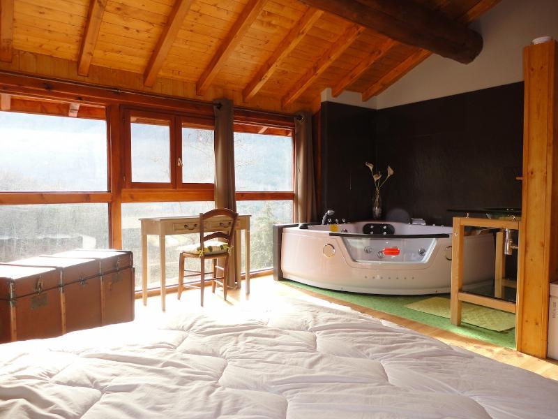 la chambre ouverte sur la salle de bain avec vue sur la montagne