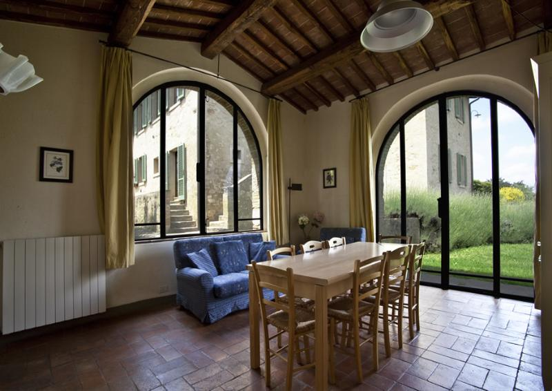 Independent Villa (8 people) with private garden and shared swimming pool, holiday rental in San Gimignano