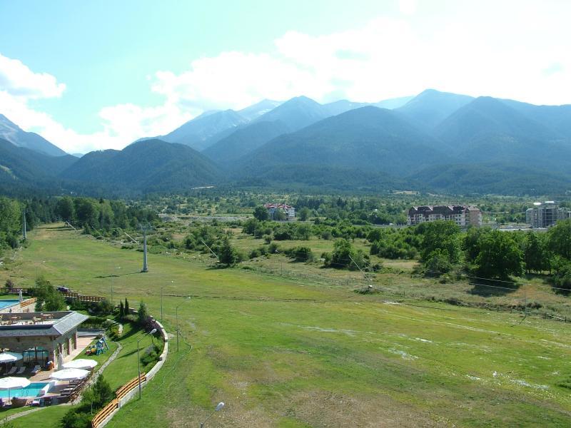 La vista desde el Hotel Kempinski mirando hacia arriba de la ruta del teleférico, que te lleva a la montaña