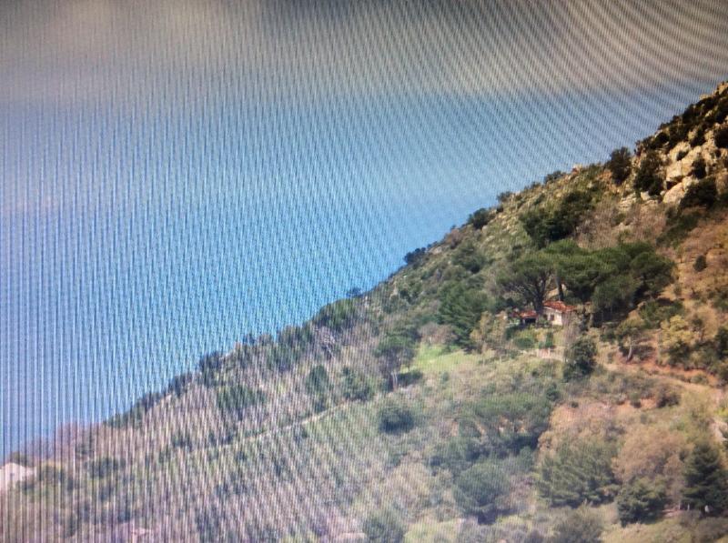 La casetta è sita su un colle dal quale si vede la valle e il mare sino a Capo Zafferano